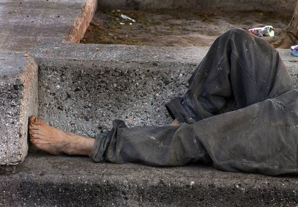 800px-Homeless_on_bench